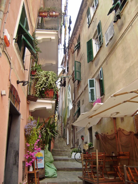 Monterosso, narrow street