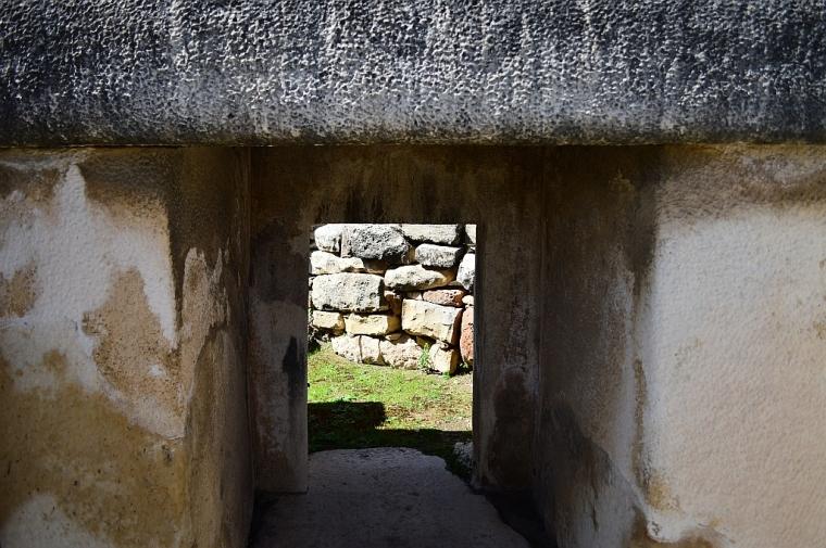 Peekaboo at Tarxien